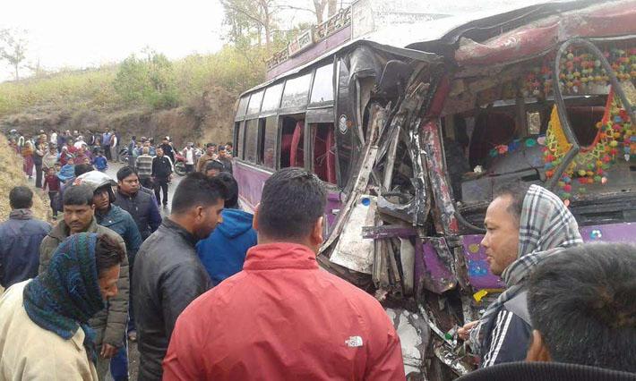 बस र ट्रक ठोक्किदा दुईको मृत्यु, ३२ घाइते