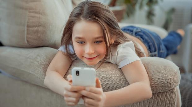 बालबालिकालाई मोबाइलको लतबाट कसरी जोगाउने ?
